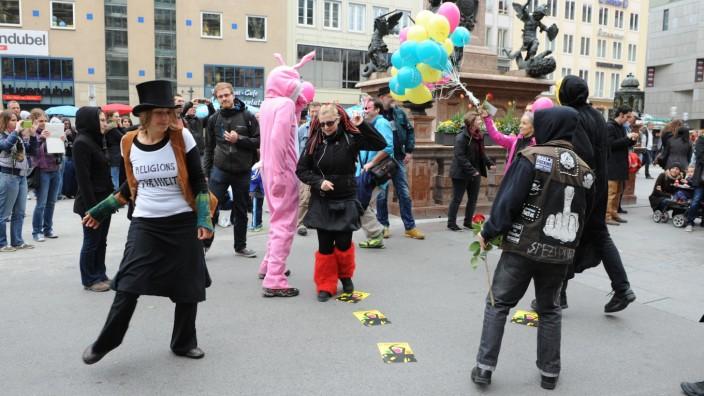 Feiertage: Flashmob gegen das Tanzverbot am Karfreitag auf dem Münchner Marienplatz.