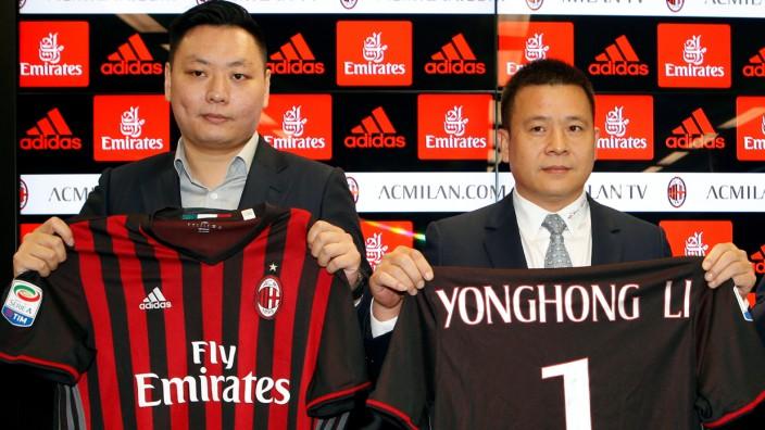 David Han Li, Yonghong Li shows a AC Milan jersey during a news conference in Milan
