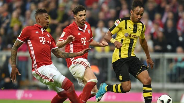 Bundesligaim Fernsehen: Jerome Boateng und Javi Martinez von Bayern München im Kampf mit Dortmunds Pierre-Emerick Aubameyang am 8. April 2017.