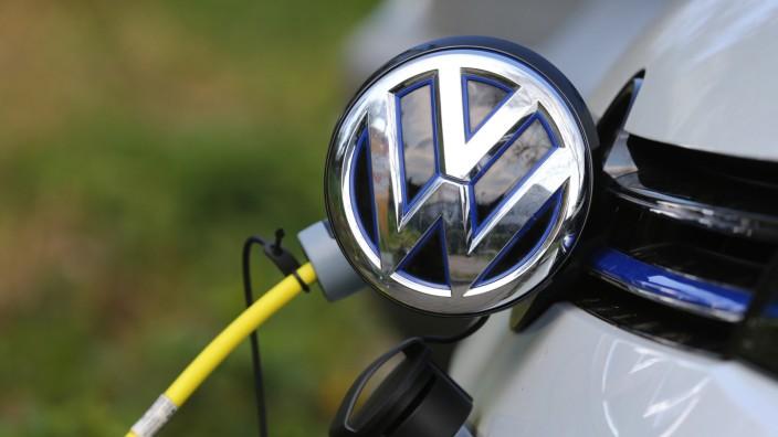 Elektroauto von VW an Stromtankstelle
