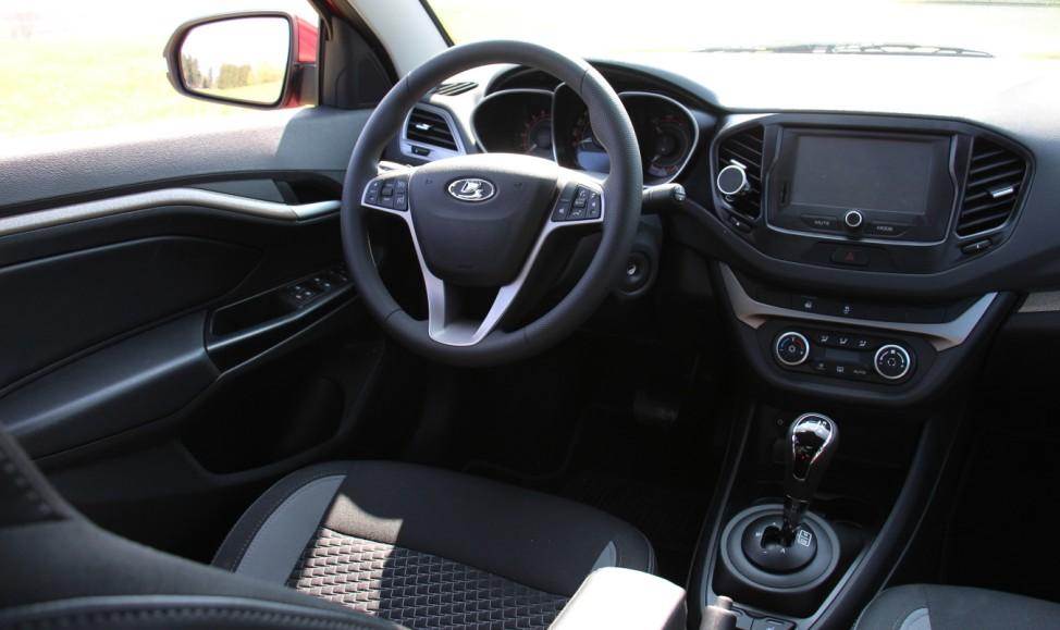 Das Cockpit des Lada Vesta.