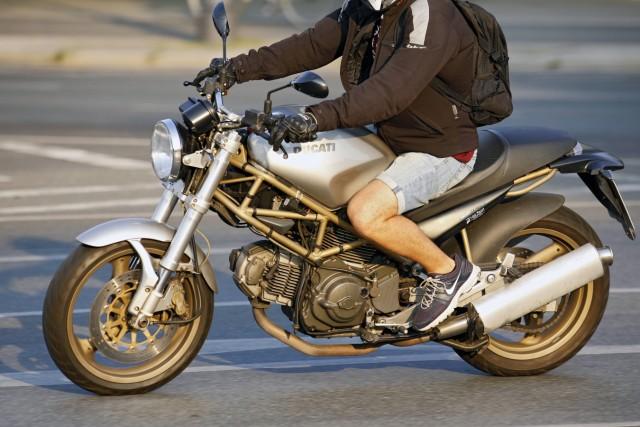 10 08 2015 Berlin Deutschland GER Foto Ducati Motorrad kurze Hose Sportschuhe