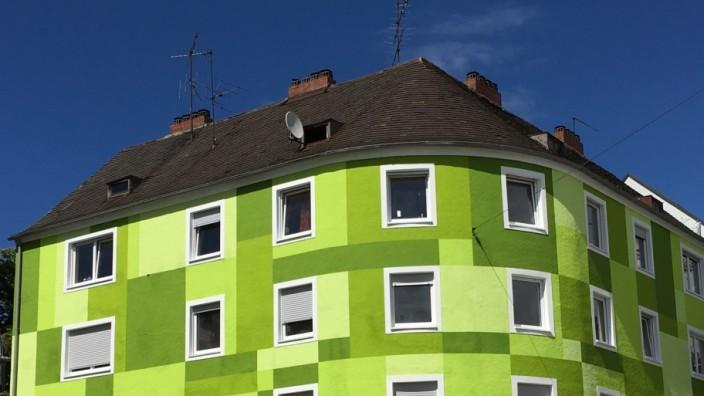 Landshut: Die auffällige Farbe dieses Hauses gefällt in Landshut nicht jedem.