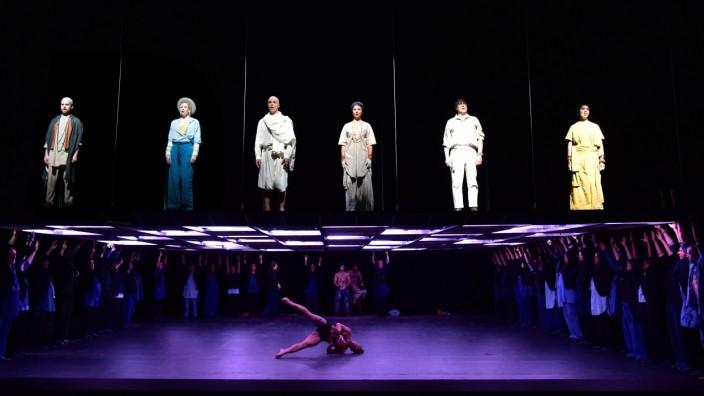 """Tanztheater: Aufführung von """"Satyagraha"""" in Basel."""