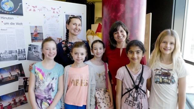 Ehrenamtliches Engagement: Auf der Bühne: Ana Prati Goulart (hinten rechts) und ihre Tänzerinnen.