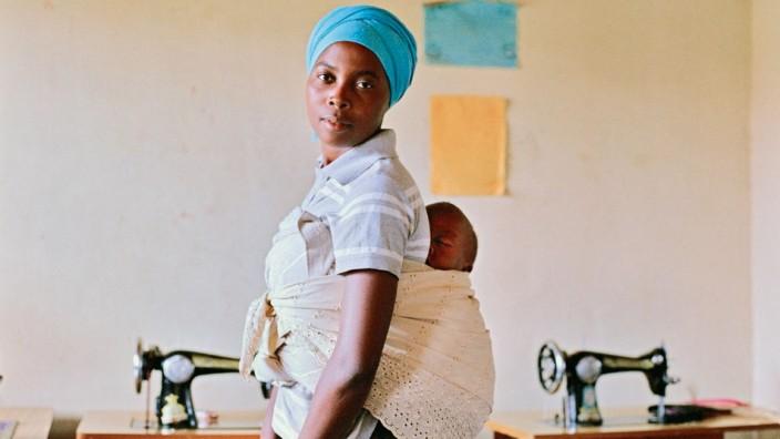 Vier Tage in Afrika: Jeanine Uwimbabazi und ihr Sohn Tresor im Jahr 2012: In dieser Nähstube hat unser Autor die beiden kennengelernt.