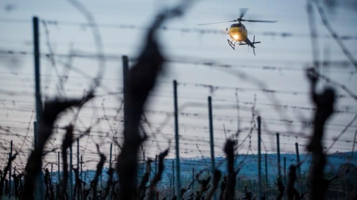 Hubschrauber im Einsatz gegen Spätfrost im Weinbau
