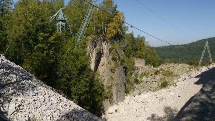 Oberpfalz: Die historische Abbruchkante ist der einzige Fleck im Steinbruch, der seit 1945 unverändert geblieben ist.