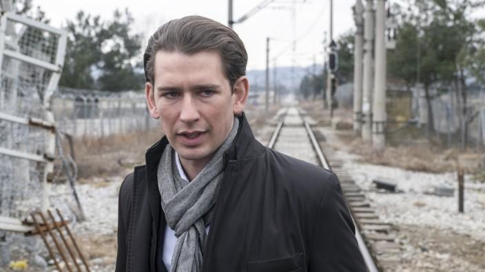 Österreich: Sebastian Kurz - hier bei einem Besuch der Grenze zwischen Mazedonien und Griechenland - hat sich mit seinem harten Kurs in Flüchtlingsfragen in Europa einen Namen gemacht.