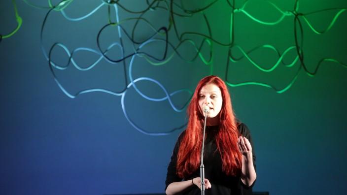 """Poetry-Slam in der Kirche: Lara Ermer hat am Dienstag mit ihrem Gedicht """"Hallo Mr. Gott"""" den Poetry Slam in der Freisinger Christi-Himmelfahrtskirche eröffnet."""