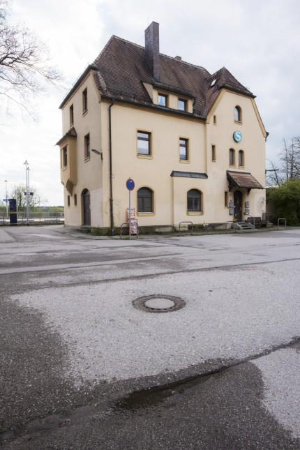 Aying, Bahnhofsgebäude, Bahnwärterhaus,