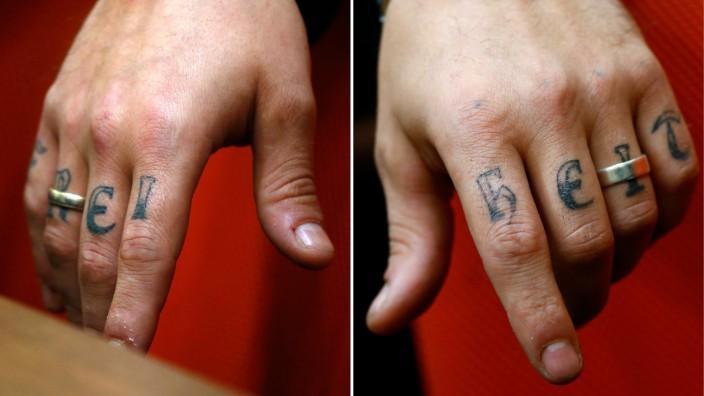 """Die Hände von Andre E., einem der Angeklagten im NSU-Prozess, zeigen die Tätowierung """"Freiheit."""" Er ist ein Vertrauter von Susanne G., der jetzt in München der Prozess gemacht wird."""