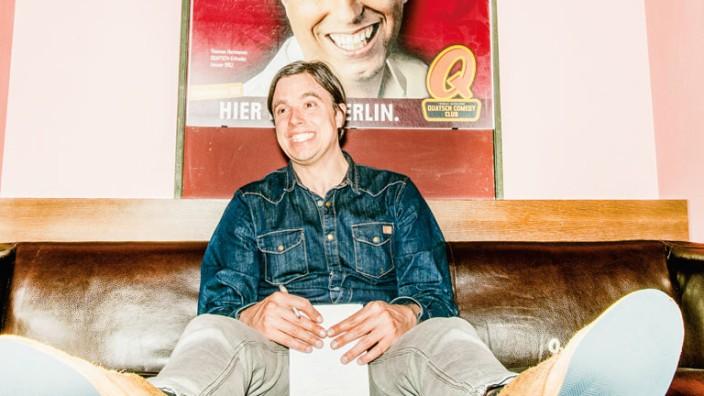 Selbstversuch als Comedian: Der Autor vor seinem Auftritt im Quatsch Comedy Club. Der Hausherr Thomas Hermanns gibt das Motto für den Auftritt vor: Zähne zeigen!