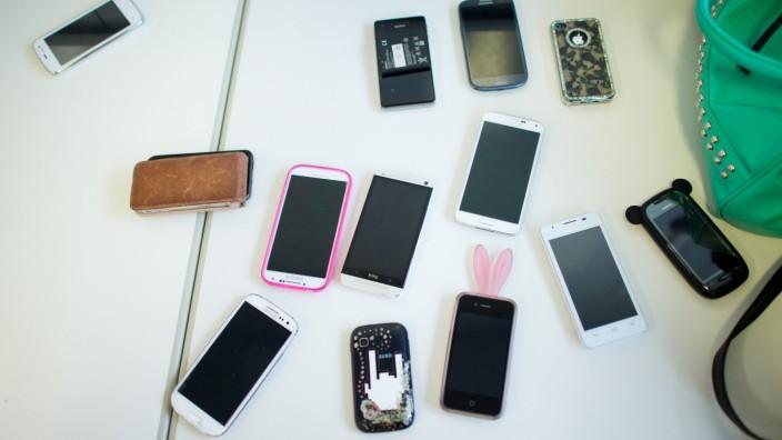 Ministerin: Smartphones auch im Unterricht nutzen