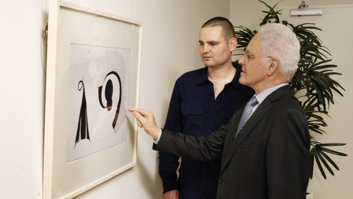 Unterschleißheim: Künstler und Mäzen: Oskar Zaumseil (links) lauscht interessiert, wie Firmengründer Gerhard Kratzer vom Siegerbild schwärmt.