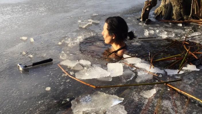 Berlin: Jessica Lee schreckt auch nicht an besonders kalten Tagen vor dem Sprung in den See zurück.