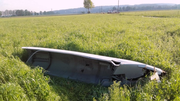 Flughafen München: Im Landeanflug auf den Münchner Flughafen hat eine Maschine ein großes Metallteil verloren - es schlug knapp neben dem Bauernhof auf.