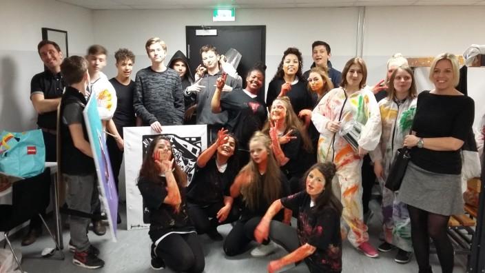 Nach Veranstaltung in der Loisachhalle: Die Geretsrieder Mittelschüler bei den Vorbereitungen ihres bunt inszenierten Auftritts in der Loisachhalle.