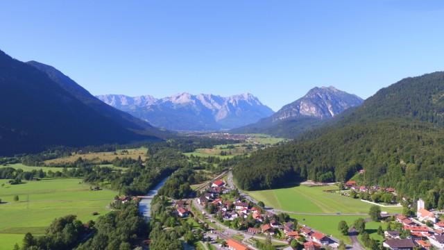 Luftaufnahme über Oberau auf Zugspitzmassiv