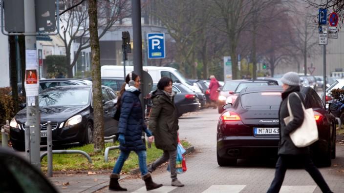 Rosenkavalierplatz. Stau am Zebrastreifen, Fußgängerüberweg