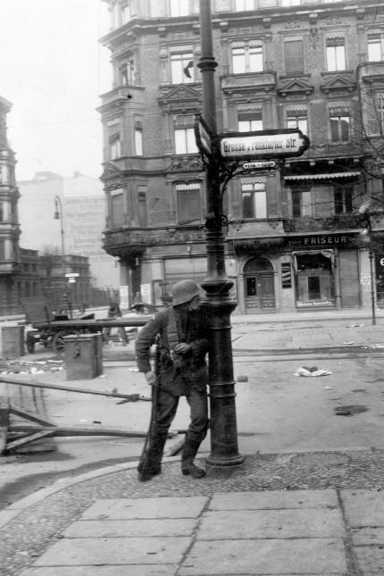 Regierungssoldat während des Spartakusaufstands in Berlin, 1919