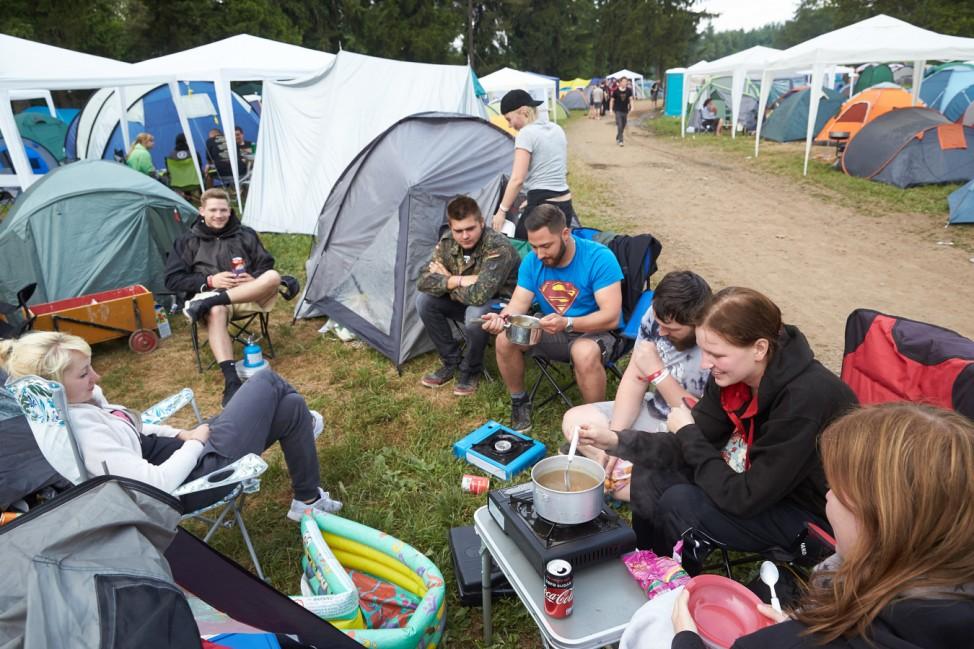 Musikfestival Rock am Ring - Rockfans beim Frühstück
