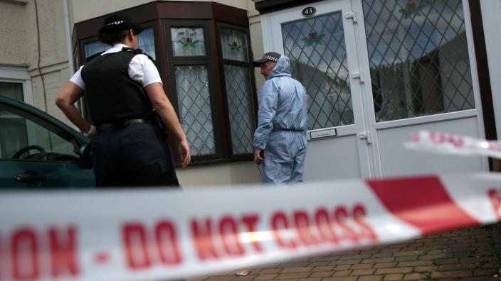 London: Ein Polizistin und ein forensischer Mitarbeiter beim Betreten eines Hauses in Ilford im Osten von London, das im Rahmen des jüngsten Terroranschlags untersucht wird.