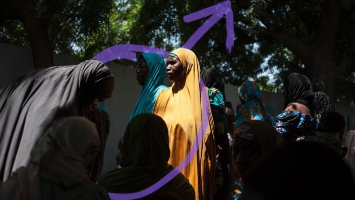 Männlichkeit in der Krise: Alltag in Nigeria: Frauen warten vor einer öffentlichen Versorgungseinrichtung.