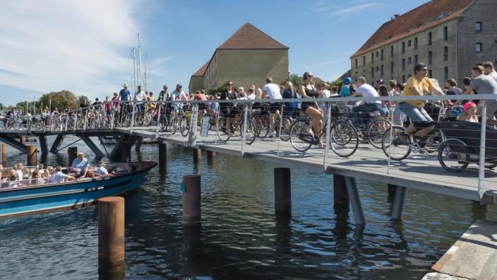 Radfahrer neue Fahrrad und Fußgängerbrücke Innenhafenbrücke Butterfly 3 Wege Brücke 2016 Hafen