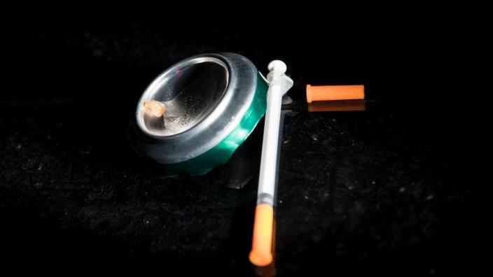 Heroin-Sucht: Heroin und eine Spritze: Was tun gegen die Droge?
