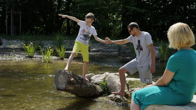 Stadtbäche: In Allach können Kinder nun am neuen Badeplatz in der Würm spielen.