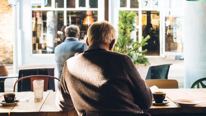 Geld im Alter: Ab und zu entspannt in einem Café sitzen - das wünschen sich viele Rentner. Doch oft plagen sie Geldsorgen, weil die Rente und die Lebensversicherung nicht reichen.