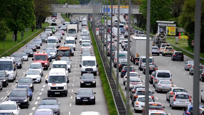 Verkehr: Ein typisches Bild aus dem Münchner Berufsverkehr: Stau auf dem Mittleren Ring am Olympiapark.