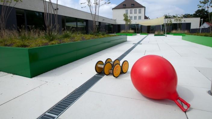 Dreifachturnhalle an der Grundschule Führichstraße. Das Dach des  Hallenneubaus dient als Pausenhof für das Tagesheim der Schule.