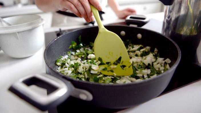 Kochen - Ein Pfannengericht wird zubereitet