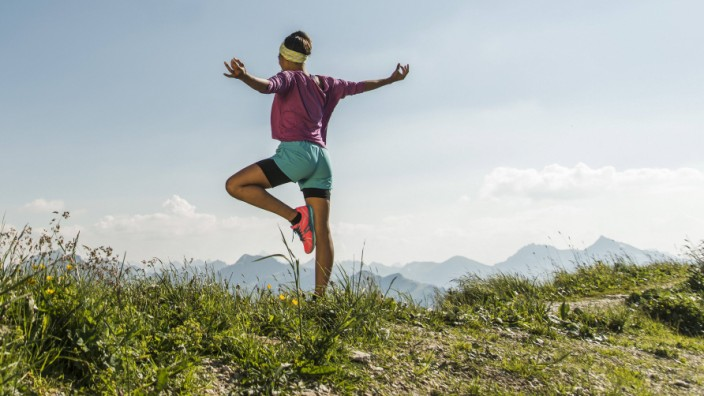 Austria Tyrol Tannheim Valley young woman exercising in mountains model released Symbolfoto PUBLI