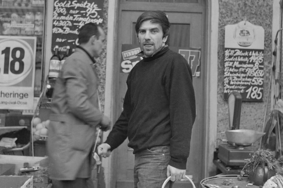 Rudi Dutschke vor einem Berliner Einkaufsladen, Anfang 1968