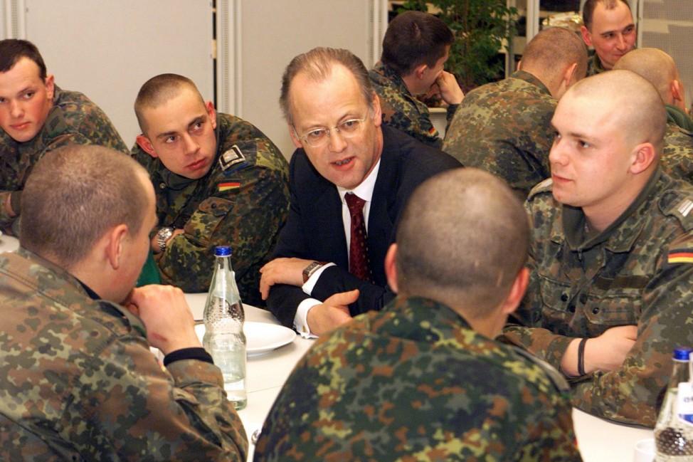 Rudolf Scharping im Gespräch mit Soldaten, 2002