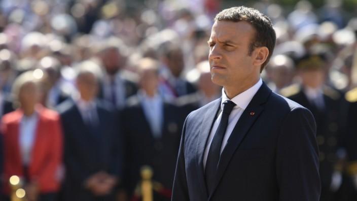 Parlamentswahl in Frankreich: Emmanuel Macron am Sonntag während einer Gedenkfeier. Vor 77 Jahren hat General Charles de Gaulle zum Widerstand gegen die deutschen Besatzer aufgerufen.
