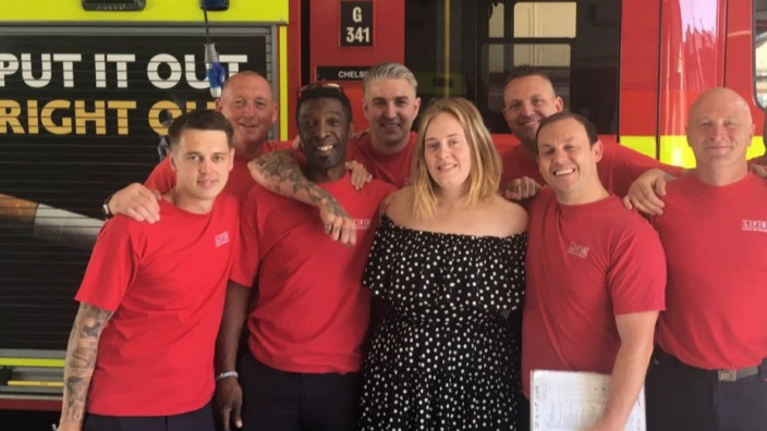 Nach Hochhausbrand: Die 29-jährige Adele besuchte die Feuerwache gemeinsam mit ihrem Ehemann.