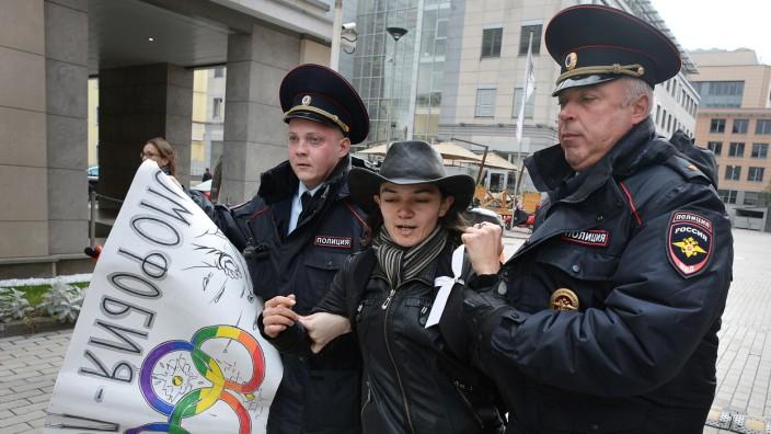 """EGMR-Urteil: Polizisten nehmen in Moskau eine Frau fest, die gegen das Gesetz gegen """"Propaganda nichttraditioneller sexueller Beziehungen"""" protestiert hat (Bild von 2015)."""