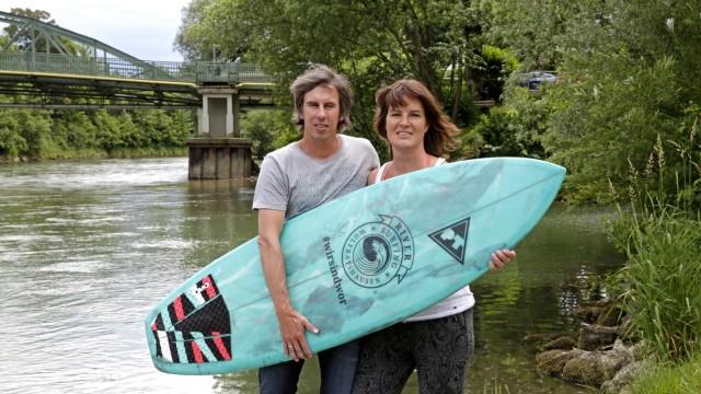 Brettsport: Marcus und Stefanie Kastner sind die Initiatoren der Wolfratshauser Surfwelle. Sie suchen noch Firmen, die das Projekt unterstützen wollen.