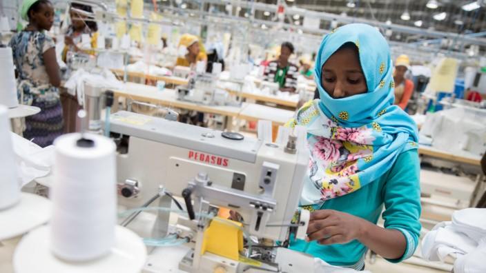 Arbeiterinnen nähen in Addis Abeba in einer modernen Textilfabrik Kinderwäsche.