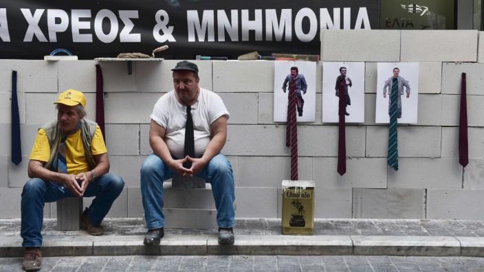 Banken: Angestellte öffentlicher Krankenhäuser demonstrieren vor dem Finanzministerium gegen Kürzungen im griechischen Gesundheitssektor.