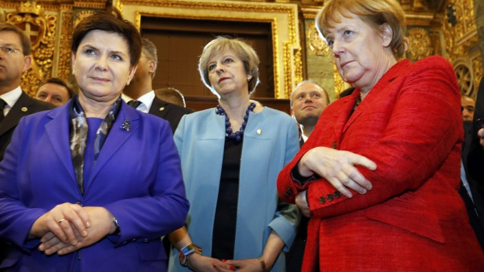 Zurück in die Steinzeit: Unter PremierministerinBeata Szydlo (hier links mit ihrer britischen und deutschen Amtskollegin im Februar 2017) haben die polnischen Frauen nichts zu lachen.