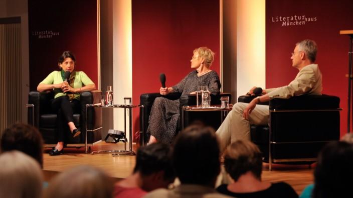 Opfer und Täter während der Nazi-Herrschaft: Familiengeschichte ist Zeitgeschichte: Alexandra Senfft, Wibke Bruhns und Martin Doerry (von links) erzählen von ihren Erfahrungen.