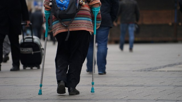 Frau mit Krücken, 2016