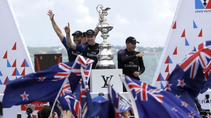 Segeln: Das neuseeländische Team feiert seinen Sieg in Hamilton, Bermuda.
