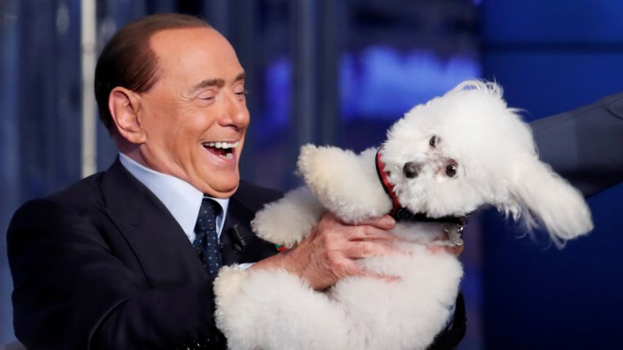 Silvio Berlusconi mit einem eher widerwilligen Pudel in 'Porta a Porta', 2017