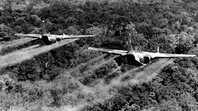 Chemische Waffen: Das Wehe der Chemie: Im Vietnam-Krieg versprühten amerikanische Streitkräfte massenweise das Entlaubungsmittel Agent Orange über Dschungel und Feldern.